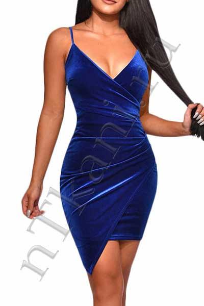 платье из бархата с глубоким вырезом