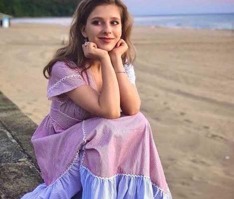Лиза Арзамасова в платье цвета заката