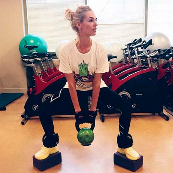 Саша Савельева показала свое любимое упражнение в йоге